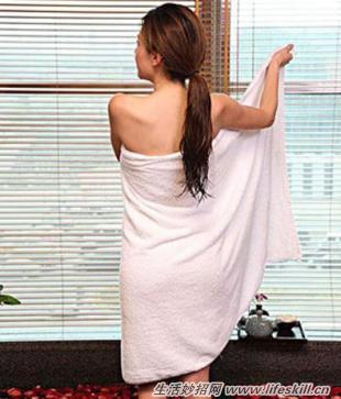 浴巾掉了的动态图